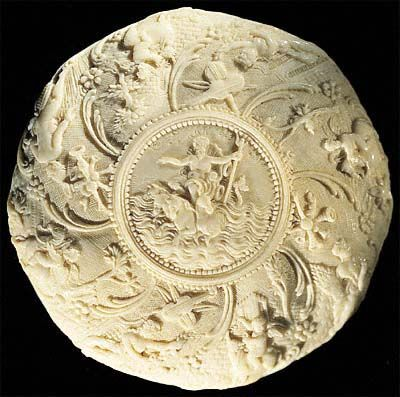 Belleteste, Chocolate-box for Queen Marie Antoinette of France ivory carving. Front cover. Diameter 7 cm.